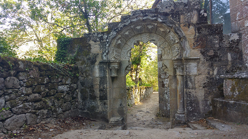 Arco de entrada al claustro del monasterio de Santa Cristina de Ribas de Sil