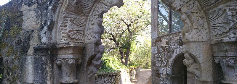 Arco de entrada al monasterio de Sta. Cristina de Ribas de Sil. Detalle